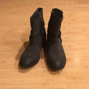 Boots in pre loved condition. Size 9. Gray